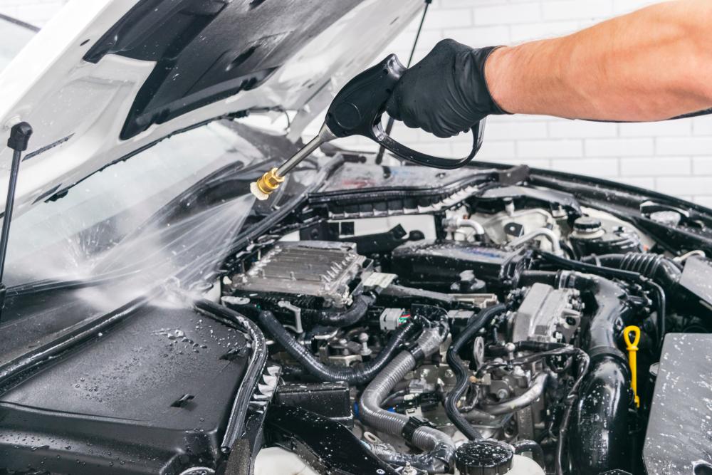 Der Motorraum wird vorsichtig mit einem Hochdruckreiniger gereinigt.